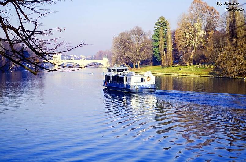 В парке Святого Валентина в Турине можно прокатиться на маленьком кораблике)))
