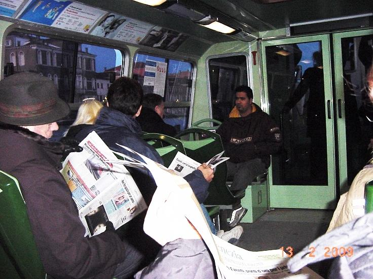Венецианцы едут на работу на водном трамвайчике