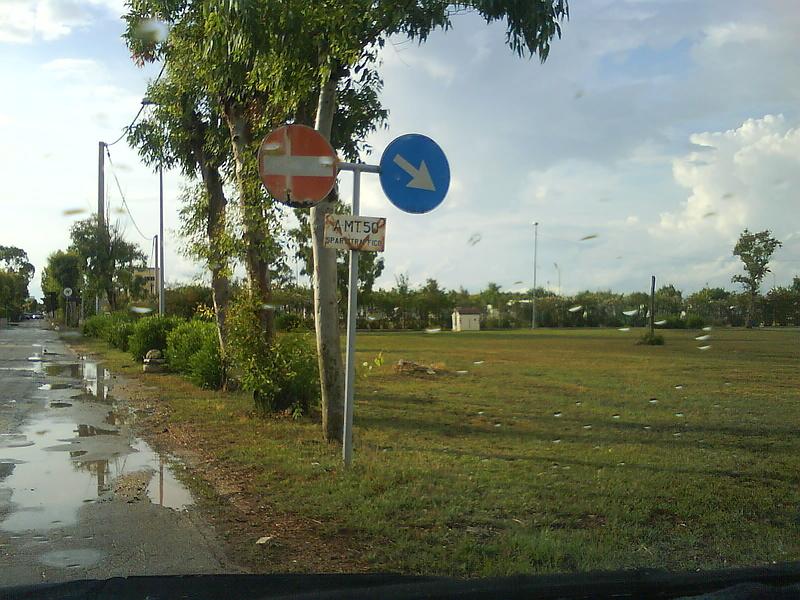 """Из серии """"Эти странные итальянские дорожные знаки"""""""