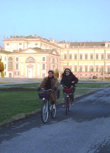 В шубе на велосипеде? В Италии все возможно!