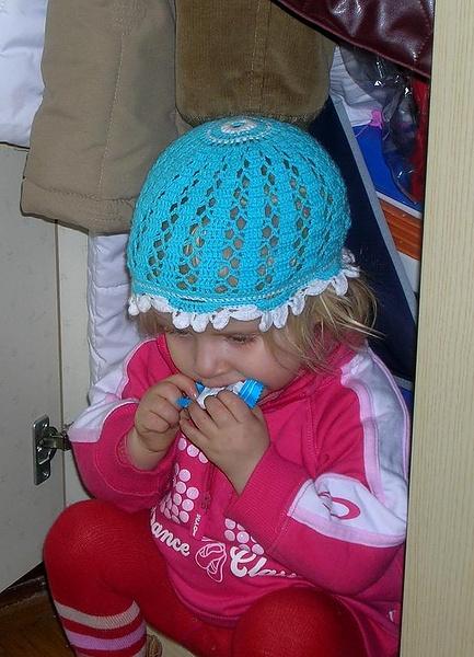 «Тихарит» в шкафу конфетку и думает, что мама не заметит.