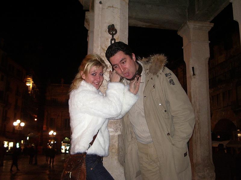 закованый на глухо на площади Вероны за пьянство