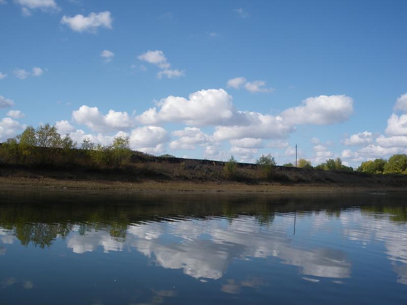 В реку смотрятся облака...