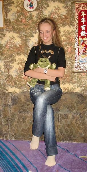 С лягушонком в обнимку.