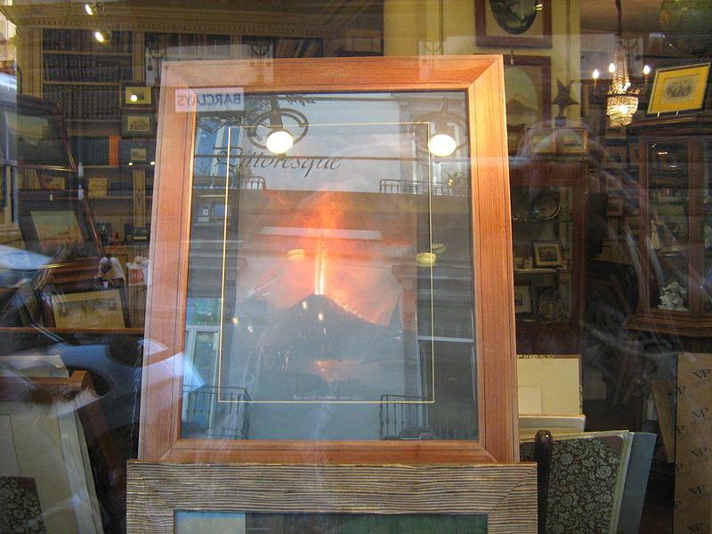 Неаполь. Витрина магазина по продаже книг и картин.
