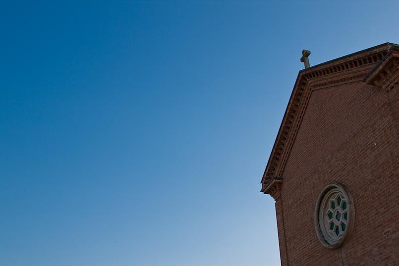 Католическая церквушка на фоне чистого неба