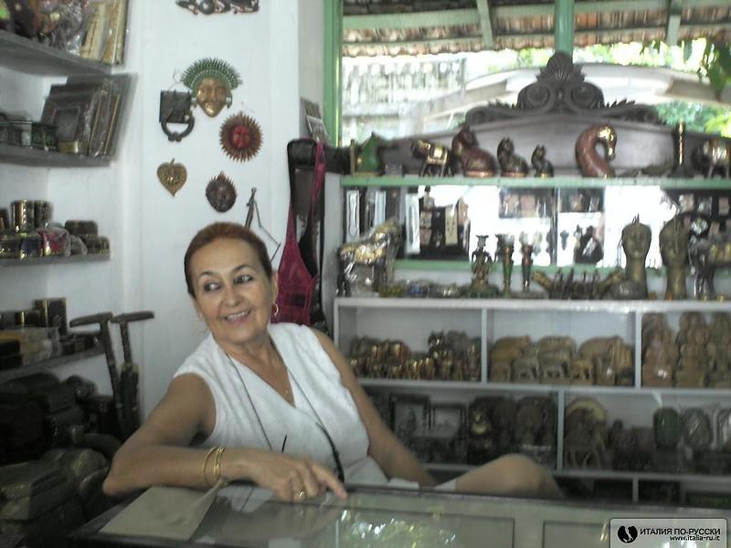 Испанка Роза, хозяйка сувенирного магазина в Пондичерри