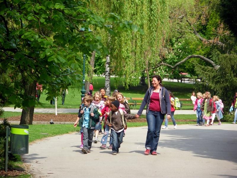 В городском саду... гуляет детский наш отряд