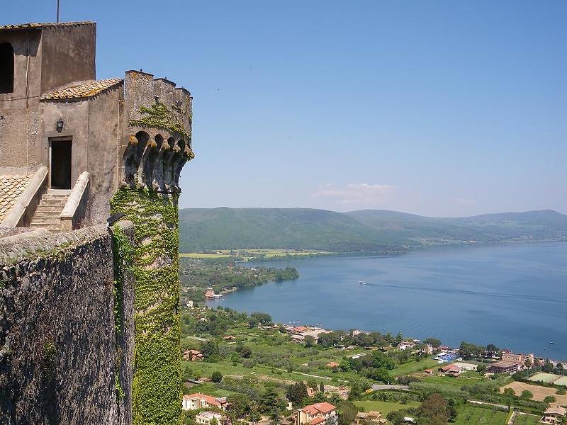 Вид на озеро Браччано с замка