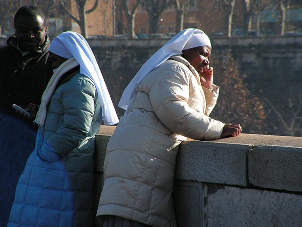 монахиня слушает.приём.