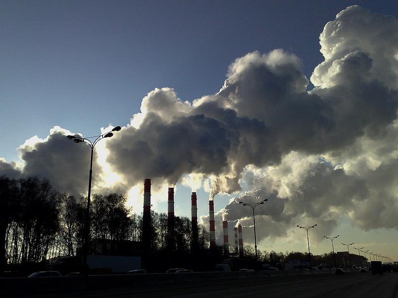 Серый дым в морозный день в свете дня .