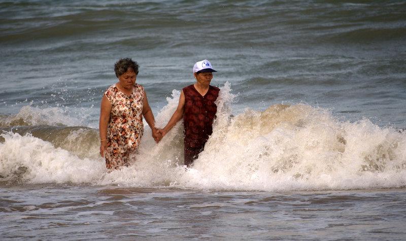 купающиеся бабушки