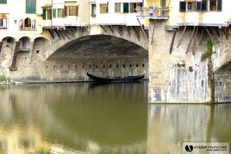 гондола под Старым мостом (Флоренция)