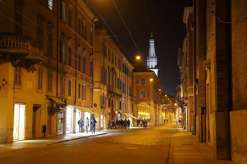 Гирляндина (80-метровая колокольня) - символ Модена.