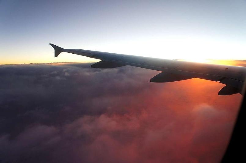 Под крылом самолета... рассвет.
