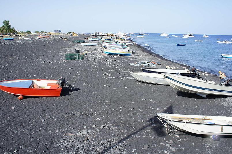 Лодки на чёрном песке.