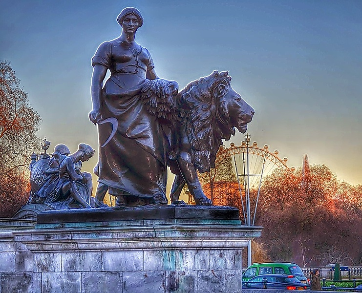 Лондон. Дама со львом. Вид спереди)))
