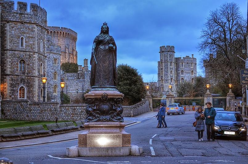 Виндзо́рский за́мок — резиденция британских монархов в городе Виндзор, графство Беркшир, Англия.