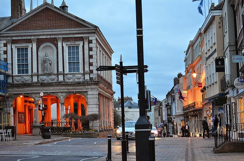 Ви́ндзор — небольшой город в графстве Беркс, в 20 км от Лондона.