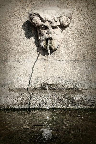 Старый фонтан (элемент фонтана Торговли)