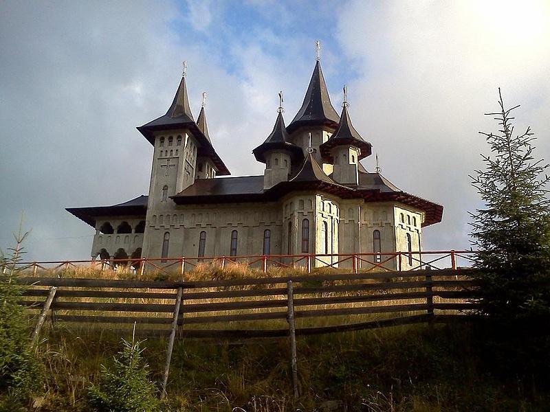 Новая церковь в карпатских горах.