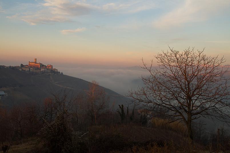 Castiglione Falletto и Альба в тумане