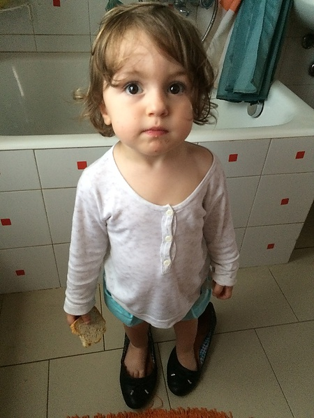 Дочка утром в маминых туфлях