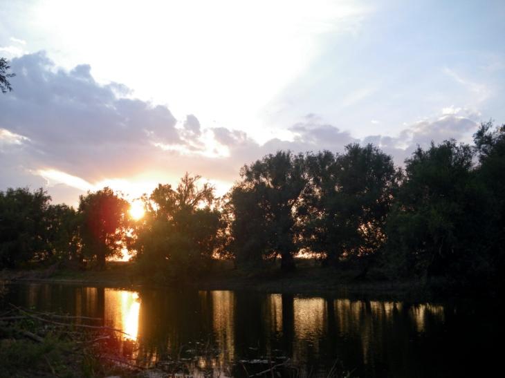 Встречая закаты  на реке...