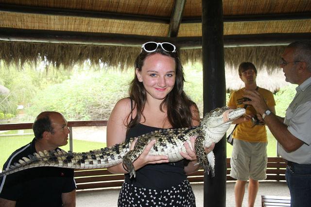 Девушка и крокодильчик.