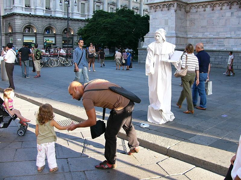 Милан. Живая статуя