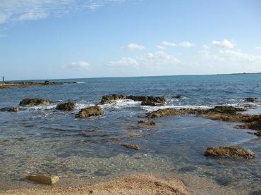 Для тех кто не верит, что на Сицилии нет разрыва между морем и сушей! камень справа -я на нем стояла!
