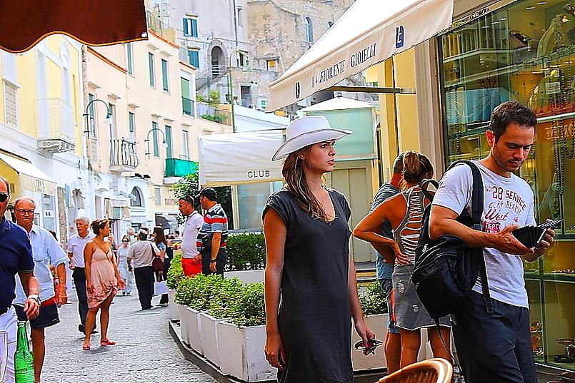 Незнакомки в белых шляпах