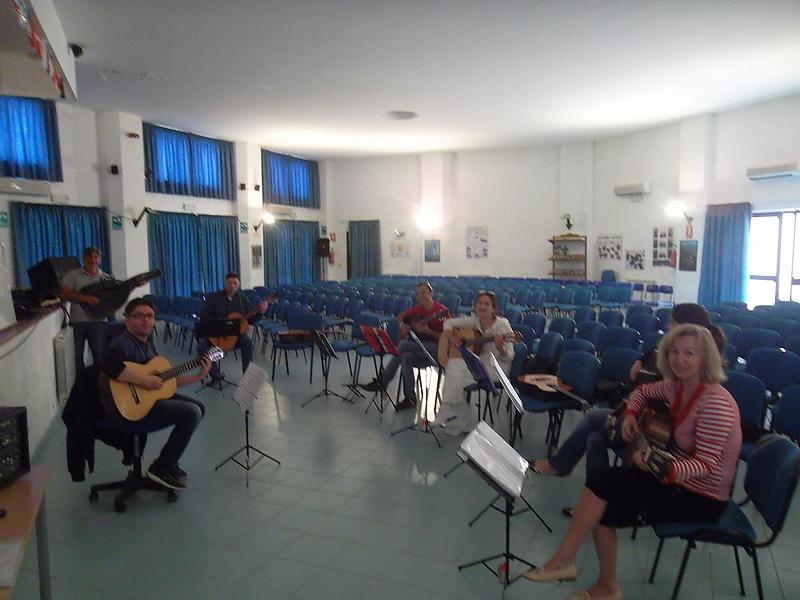 Курсы игры на гитаре на Сицилии.
