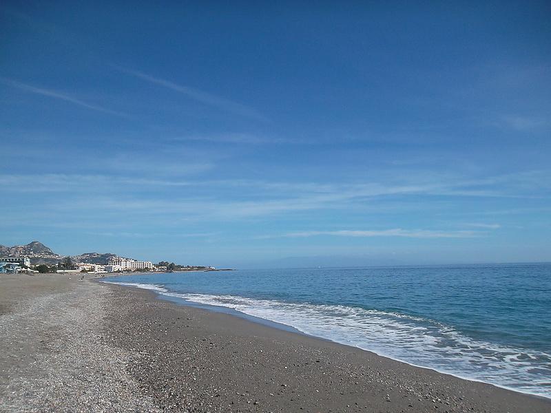 Пляжи опустели до нового сезона.