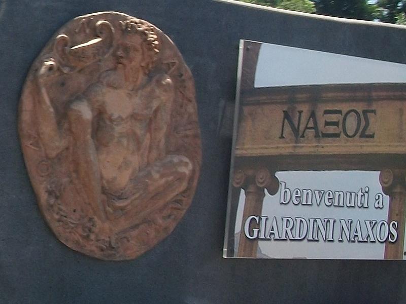 """При въезде в Джиардины Наксос написано """"Добро пожаловать"""" и картина голого мужика."""
