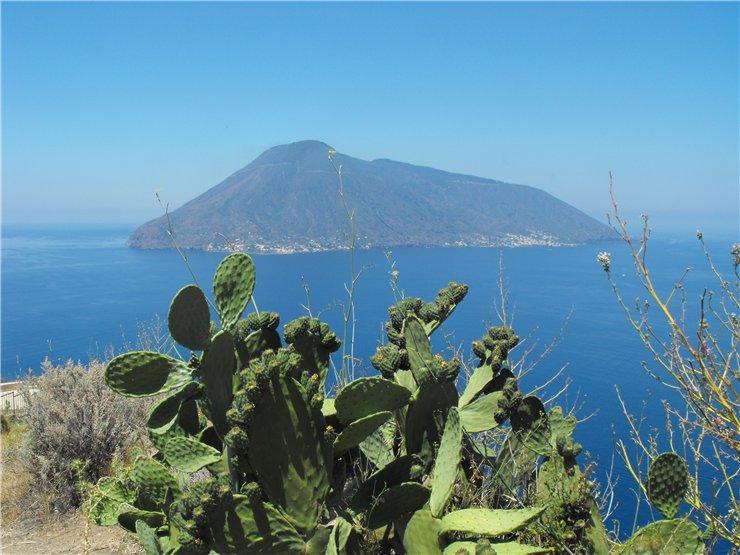 Вид на остров Салина с острова Липари.