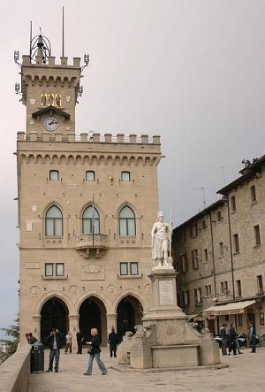 http://www.italia-ru.it/files/palazzo_pubblico_piazza_della_liberta.jpg