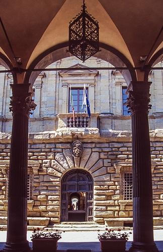 http://italia-ru.com/files/palazzocomunale.jpg