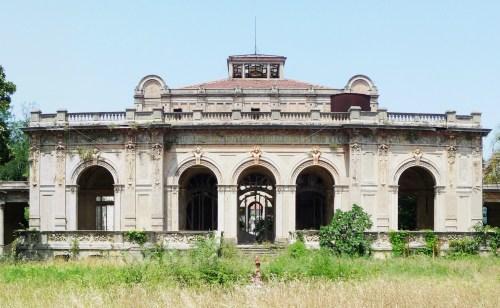 Главное здание бывшего курорта