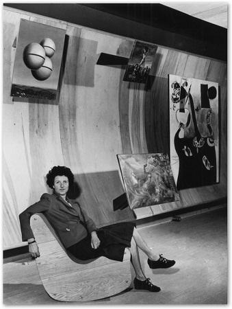 Пегги Гуггенхайм в зале художников-сюрреалистов, 1942