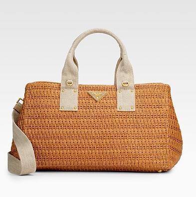 Кэтрин Хейгл с сумкой от Prada.  Фото с сайта www.stylosophy.it.
