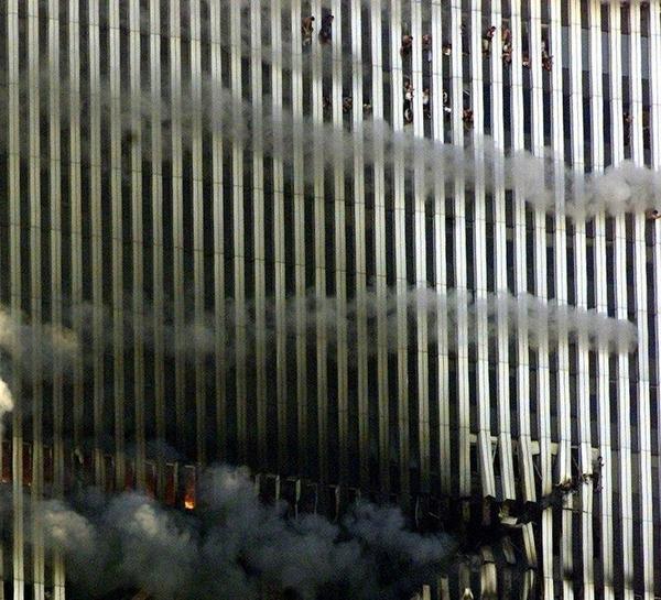 Через несколько минут Северная башня WTC рухнет.