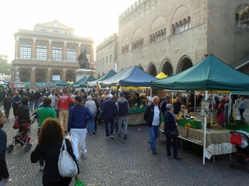 Воскресный рынок в центре города