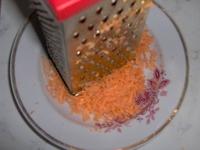 Взять 1 морковь (средних размеров). Почистить и натереть её на тёрке