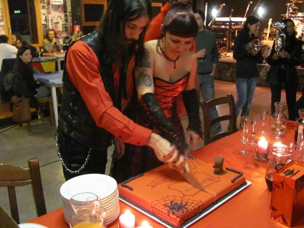 Разрезаем свадебный торт