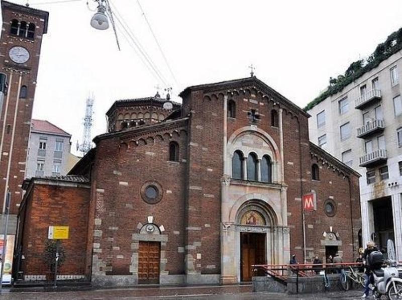 http://italia-ru.com/files/chiesa_di_san_babila.jpg