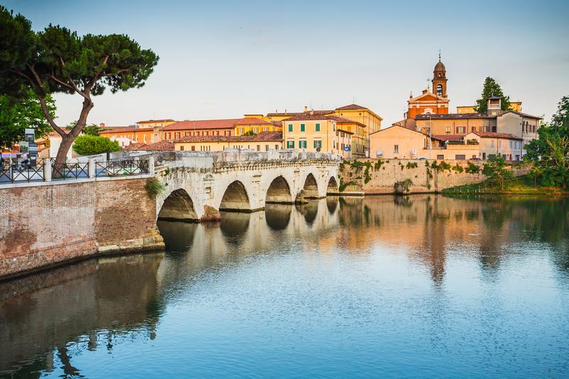 Романтичное место Римини - мост Тиберия