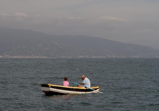 Местный житель рыбачит возле Портофино со своим внуком