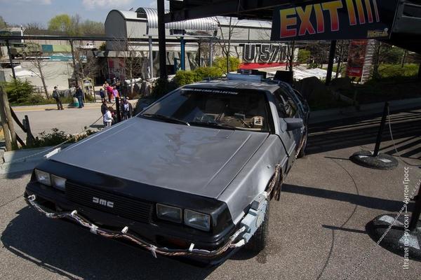Автомобиль из фильма Назад в будущее в парке Мувиленд