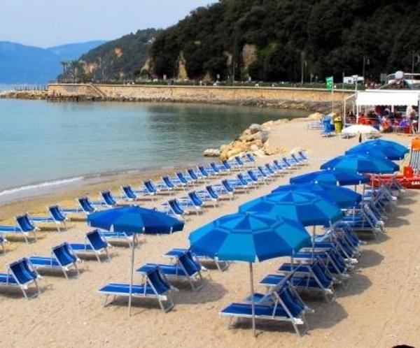http://italia-ru.com/files/sdraio-ombrellone-venere-azzurra-lerici.jpg